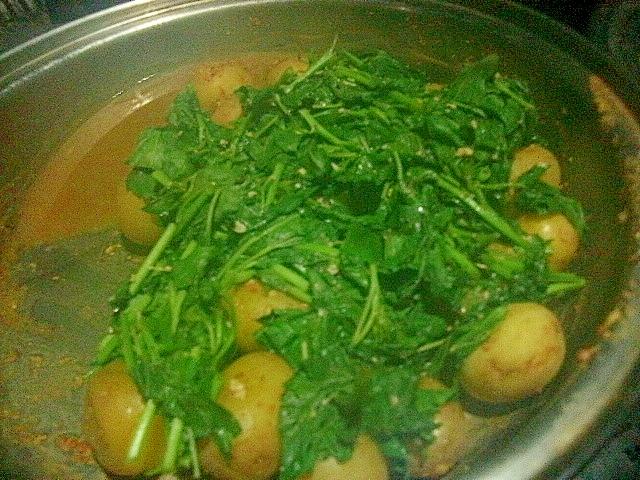 ジャガイモとモロヘイヤのトマト味噌煮