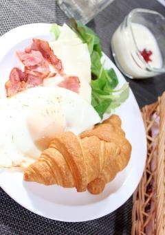 冷凍パン★クロワッサンのベーコンチーズエッグ