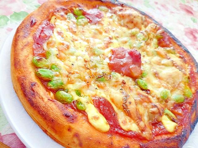 枝豆とベーコンとお好みトマトソースのピザ