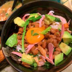 スモークチキンとアボカド納豆のどんぶり飯