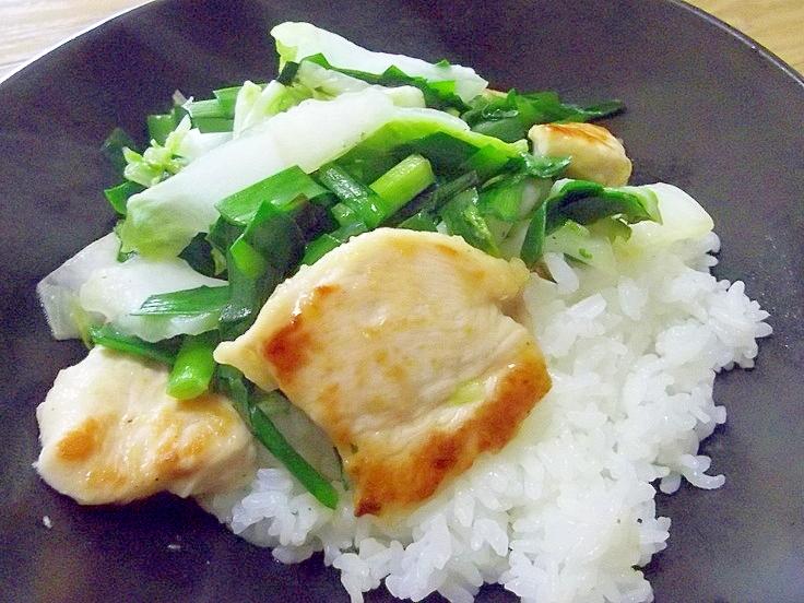夏バテ対策!!鶏胸肉とニラと白菜のさっぱり炒め丼