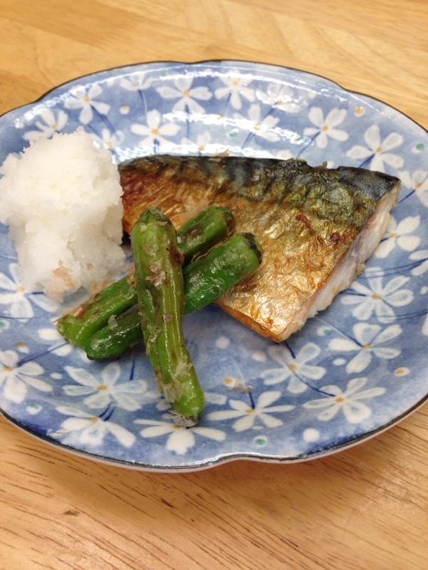 花柄のお皿に盛りつけた鯖の塩焼きとししとう
