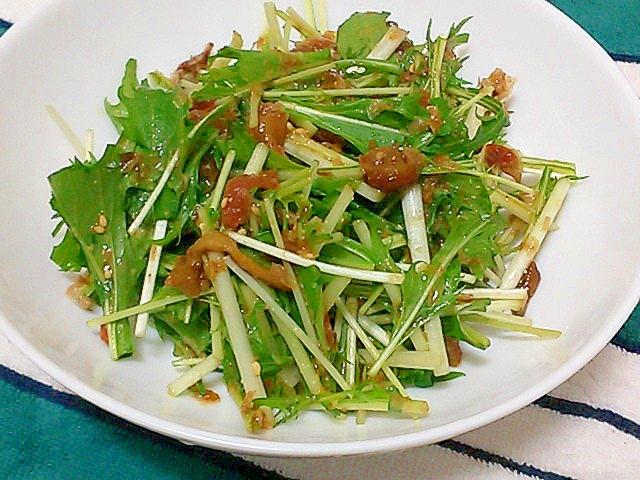 白い器にざっくり盛られたなめこと梅のさっぱりサラダ
