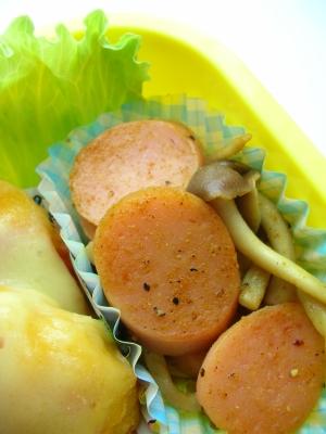 お弁当に魚肉ソーセージとしめじのカレー粉炒め