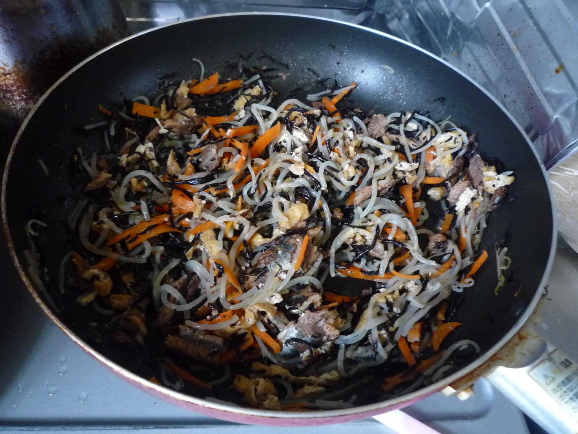 イワシの味噌煮缶で簡単ひじき煮