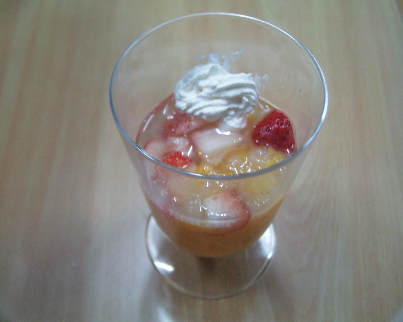 ぶどう、モモ、洋なし、イチゴのミックスジュース