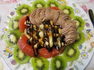 キウイとグレープフルーツ添えワッフル、チョコ味