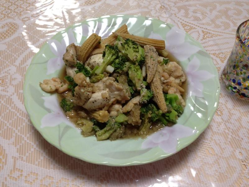 鶏肉とシーフードとブロッコリーヤングコーンのグリル