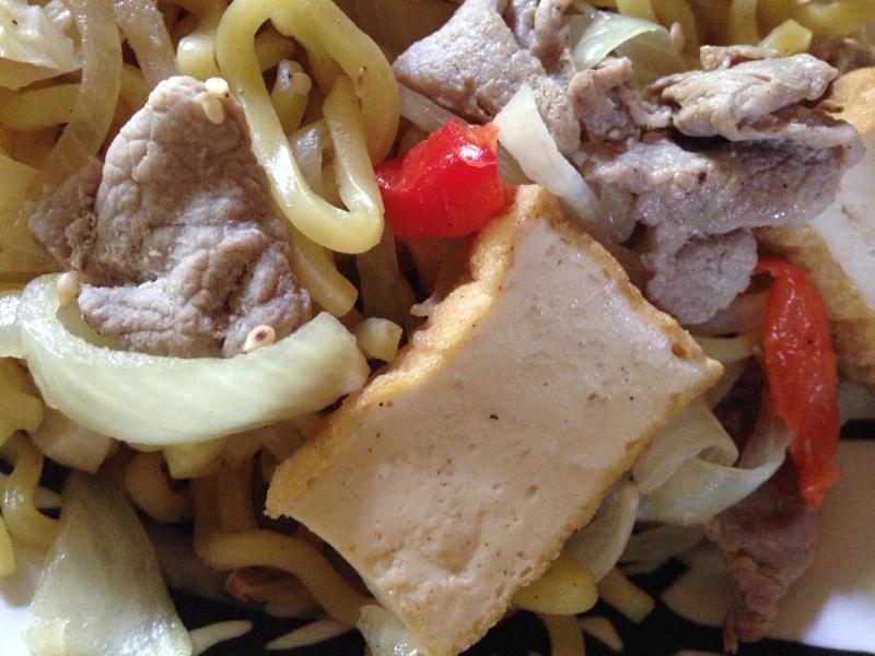 豚肉とたまねぎとパプリカと厚揚げの生姜味噌焼きそば