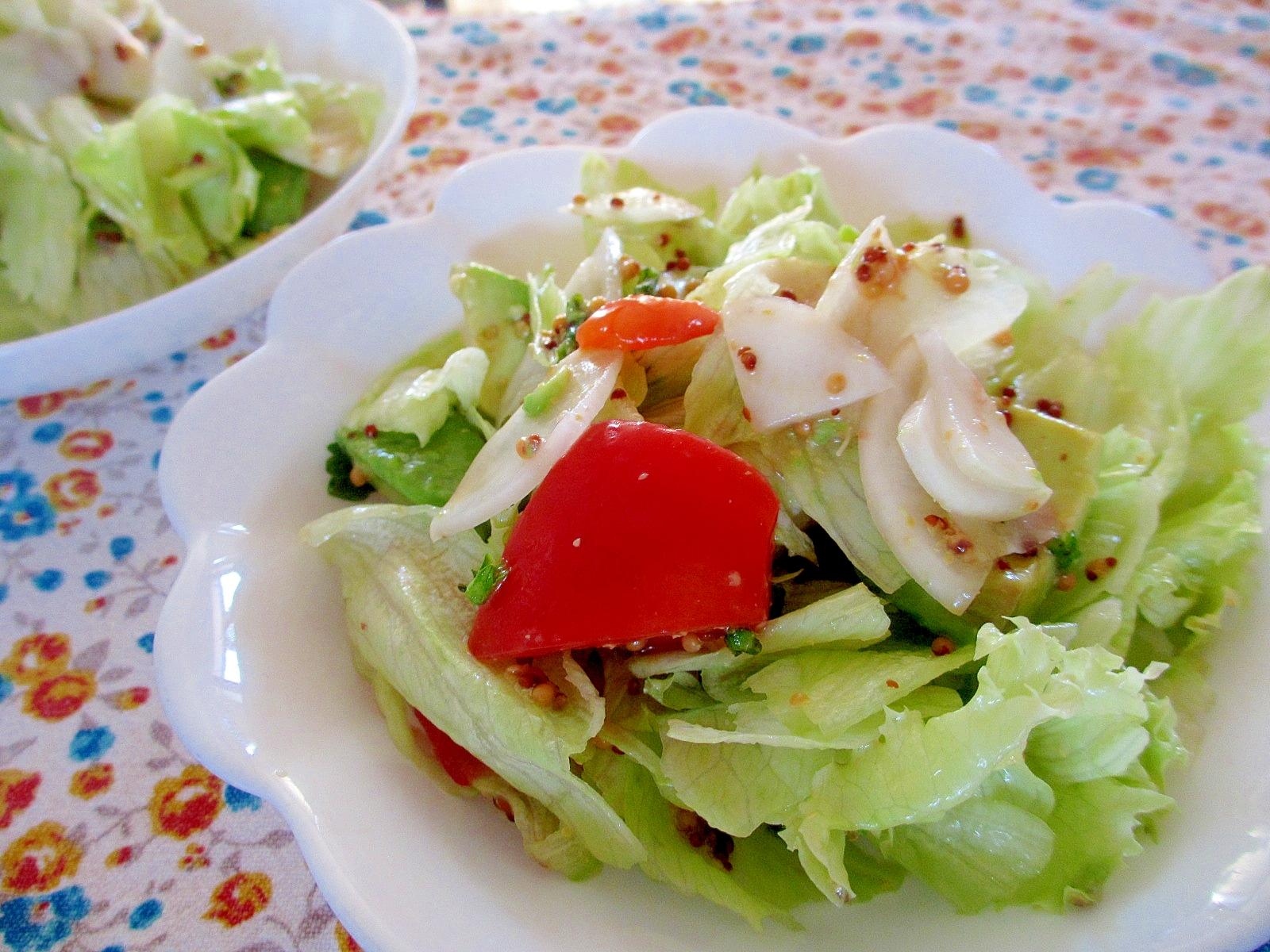 アボカド、トマト、カブのレタスサラダ