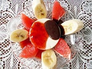 チーズケーキとチョコレートとフルーツ
