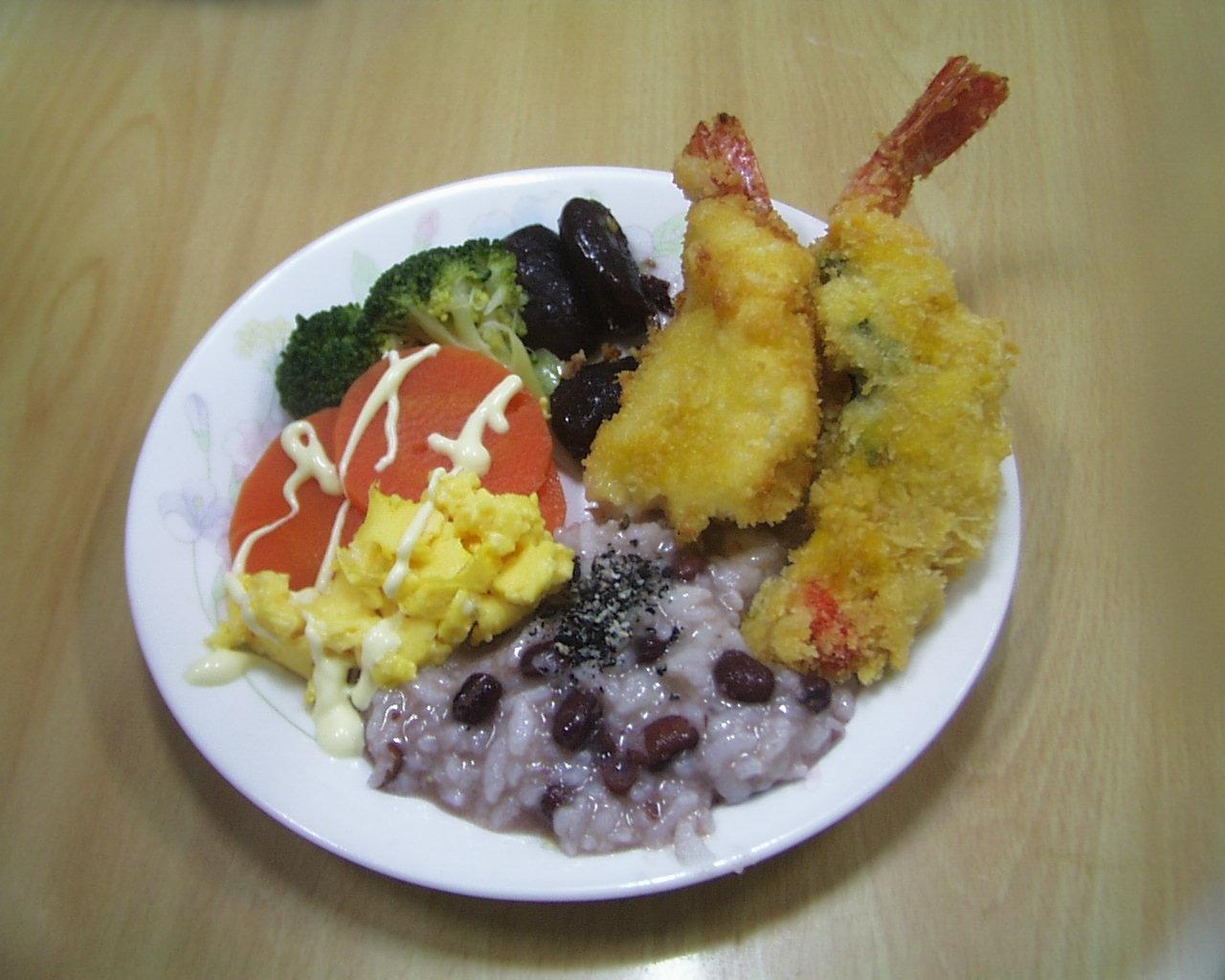赤飯と、えびフライ、野菜の盛り合わせ