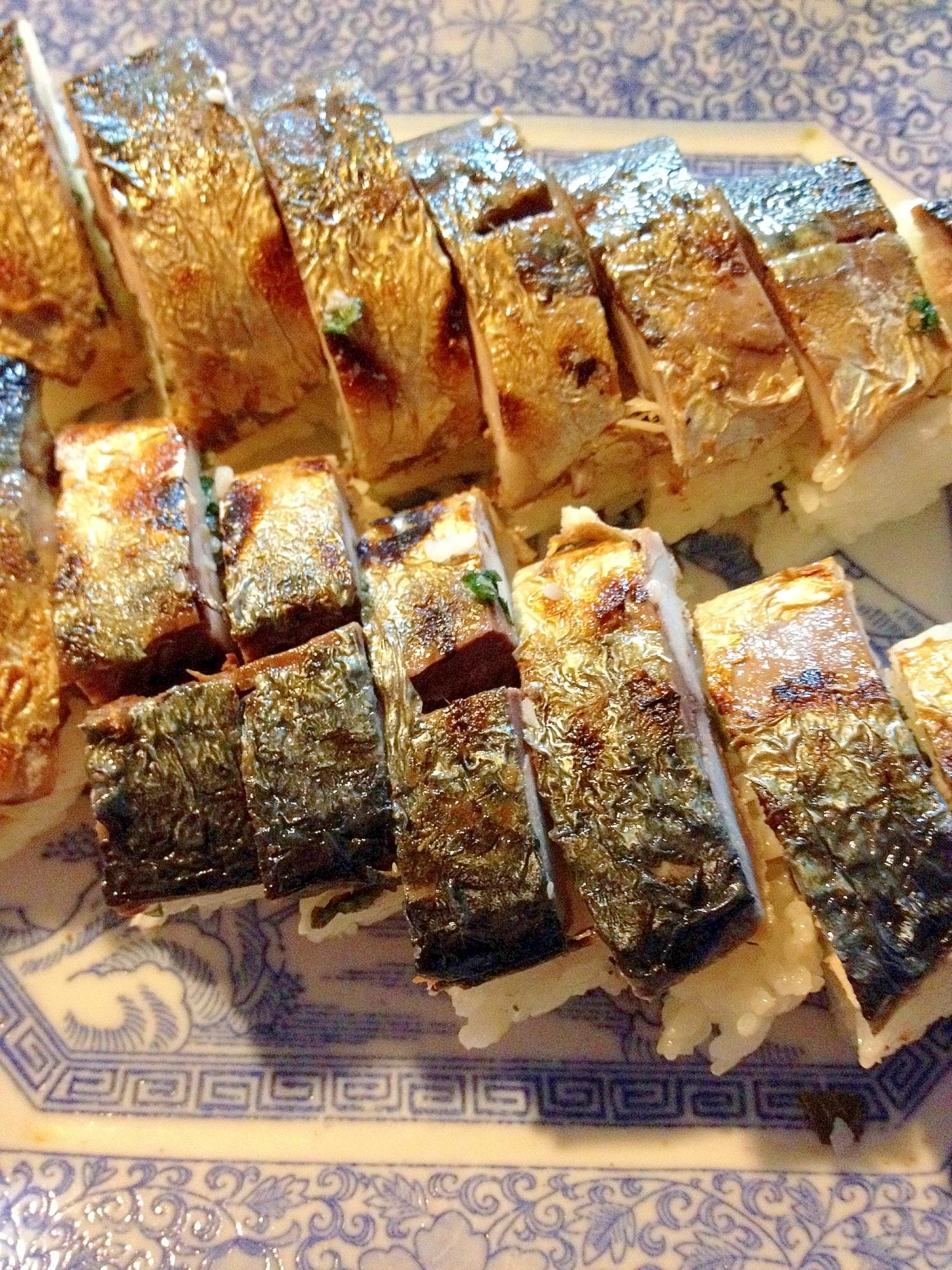 薄青の中華風デザインの皿に盛られた、焼き鯖寿司
