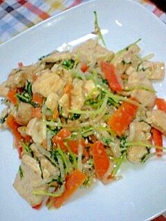 鶏肉とにんじんと水菜のごまマヨもやし炒め