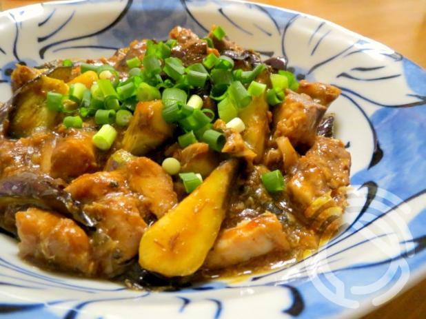 青地の皿に盛り付けたナスとさばの水煮缶の中華風味噌炒め