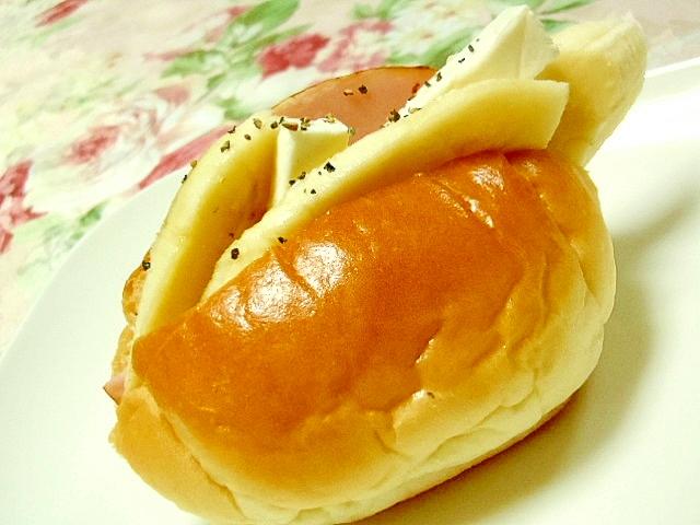 ハムとバナナと辛子マヨとクリチの胡椒ロールパン