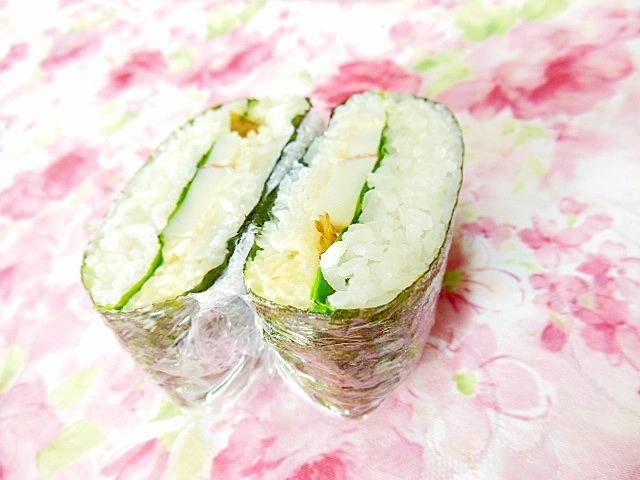サラダ菜と蒲鉾とキューちゃんのおにぎらず