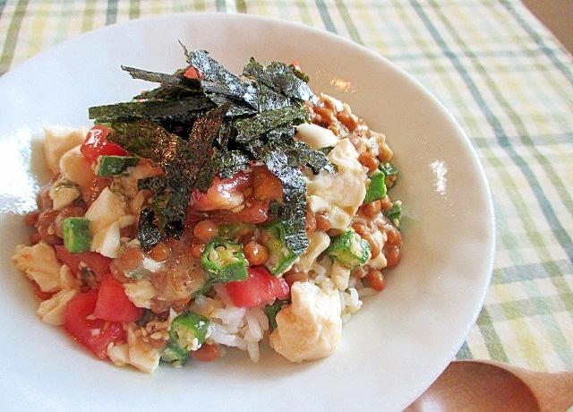 白いお皿に盛られた納豆おくら豆腐トマトのねばねば丼