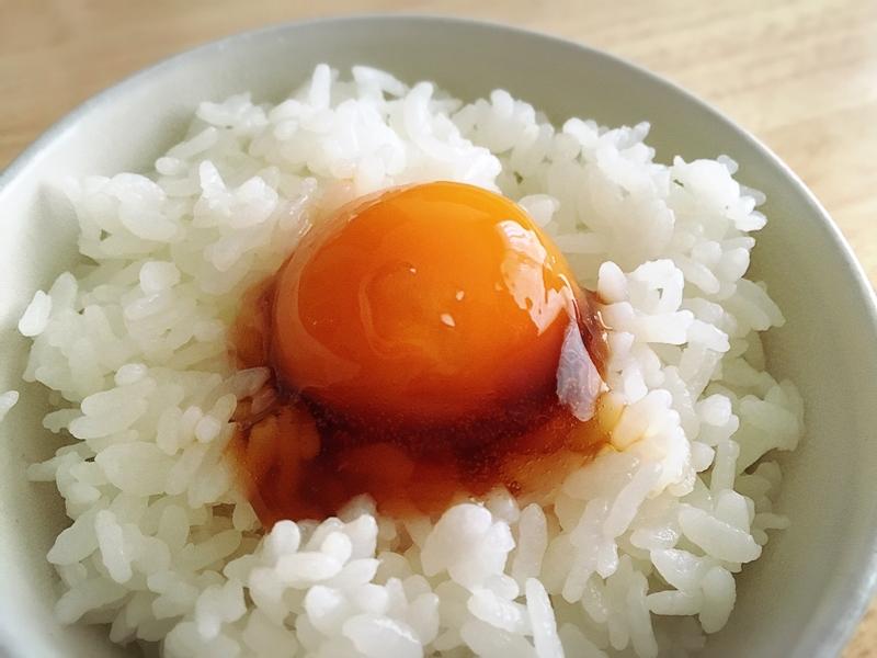 ごはんにのった味付き冷凍卵