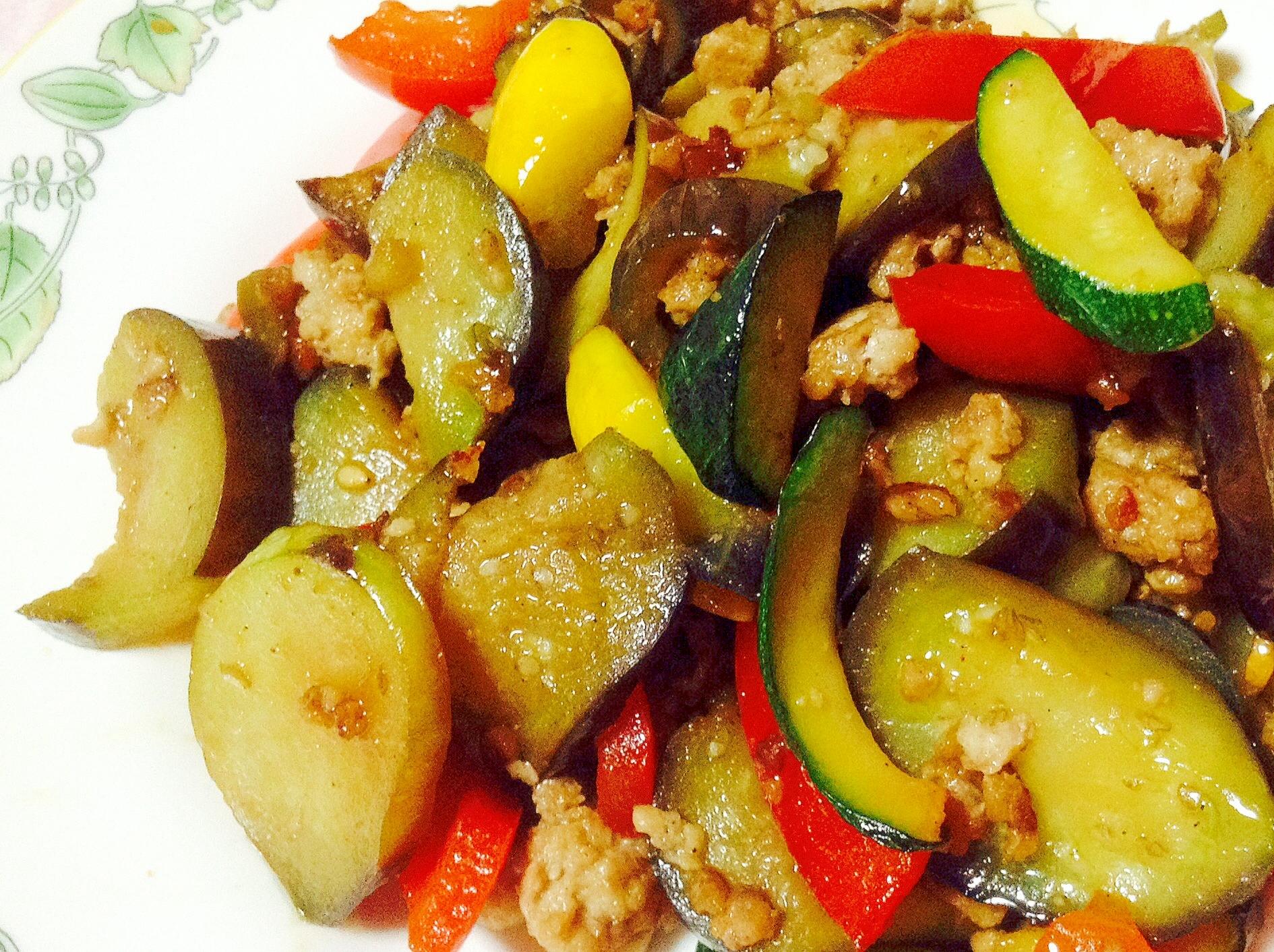 彩り綺麗に♪挽肉と茄子とズッキーニとパプリカ炒め