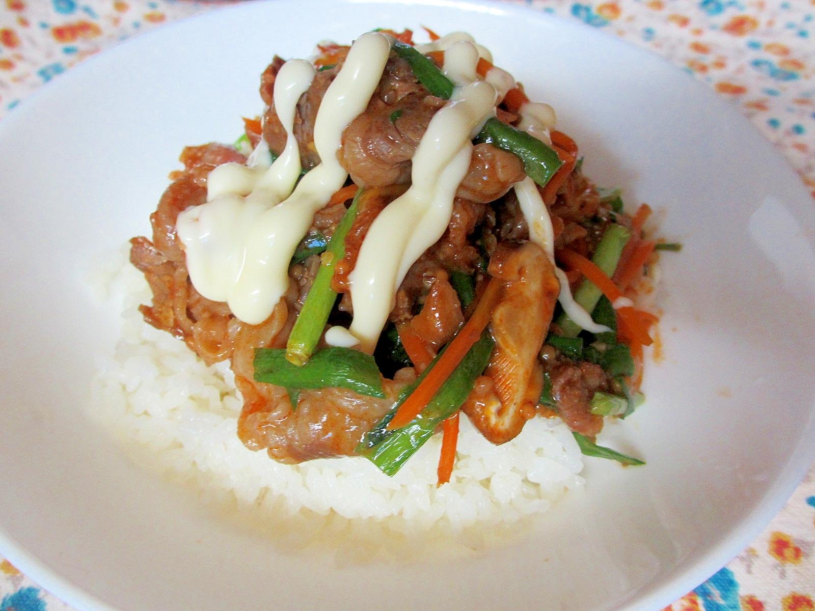 牛肉とニラのピリ辛炒めマヨ丼