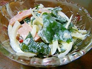 わかめとハムと玉葱のマヨサラダ