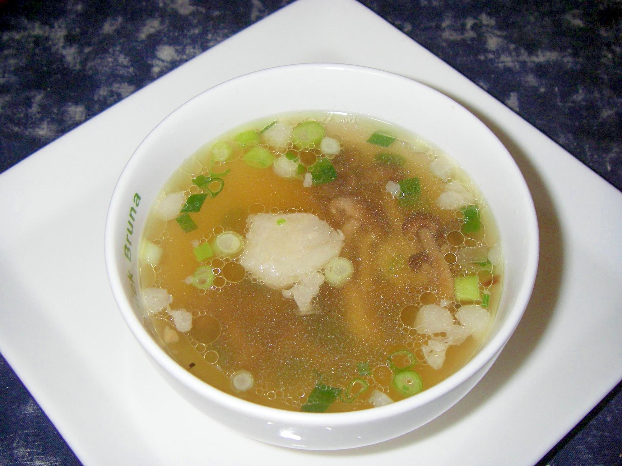 白い皿に盛られた干ししめじのスープ