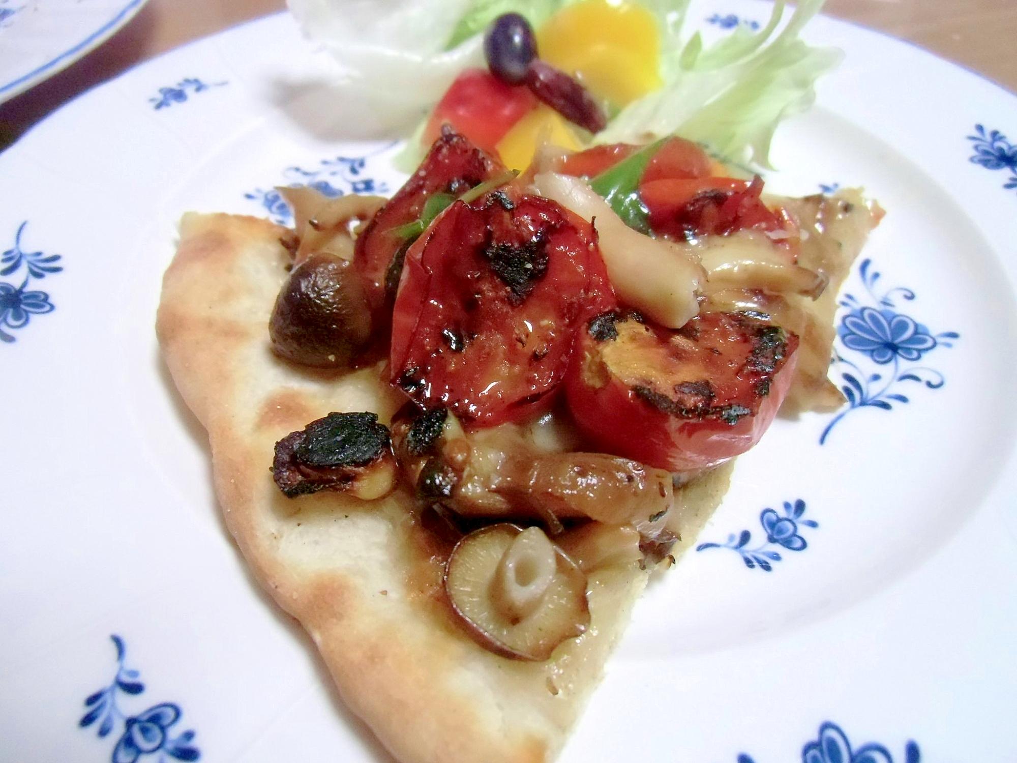 きのことグリルドトマトのピザ