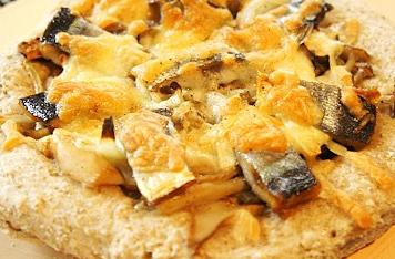 ワインの季節に、秋刀魚とキノコの自家製ピッツァ