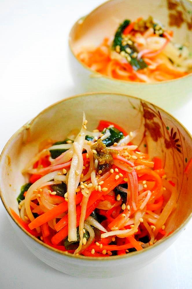 陶器の器に盛り付けた大根とワカメとにんじんの中華サラダ