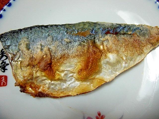 丸いお皿に盛りつけた鯖の塩焼き