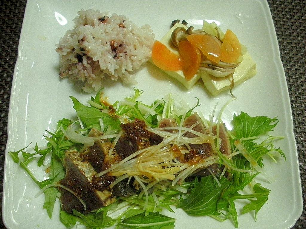 野菜たっぷりカツオのたたきと豆腐サラダプレート♪