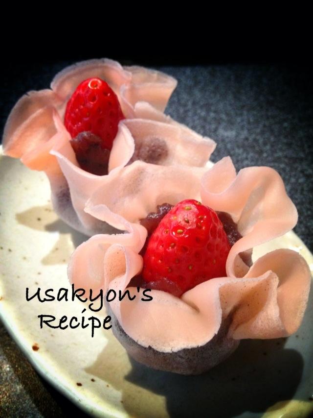 桜餅の皮でお花のような苺大福風の和菓子
