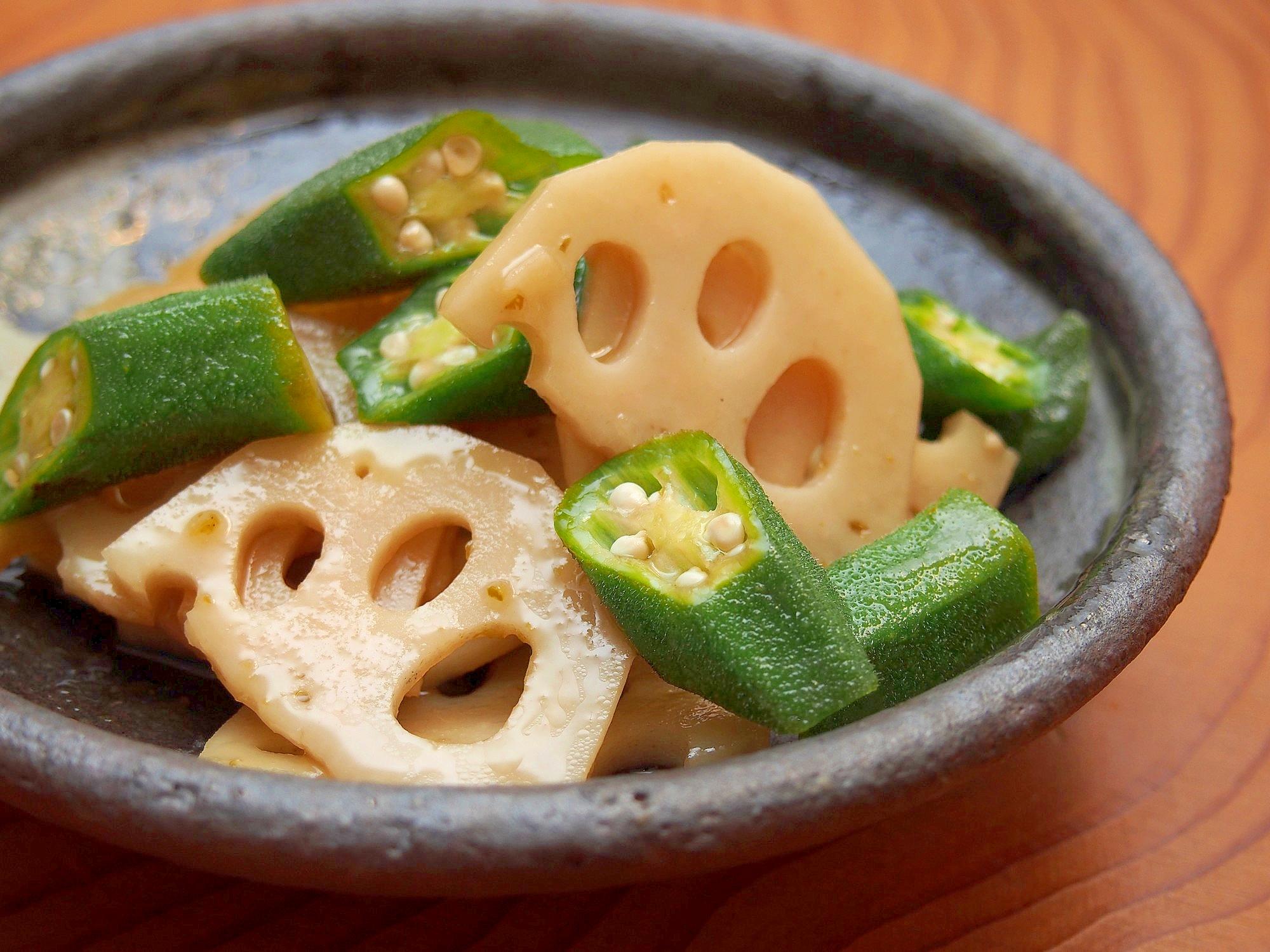 お皿に盛り付けたオクラとレンコンのゆず胡椒マリネ