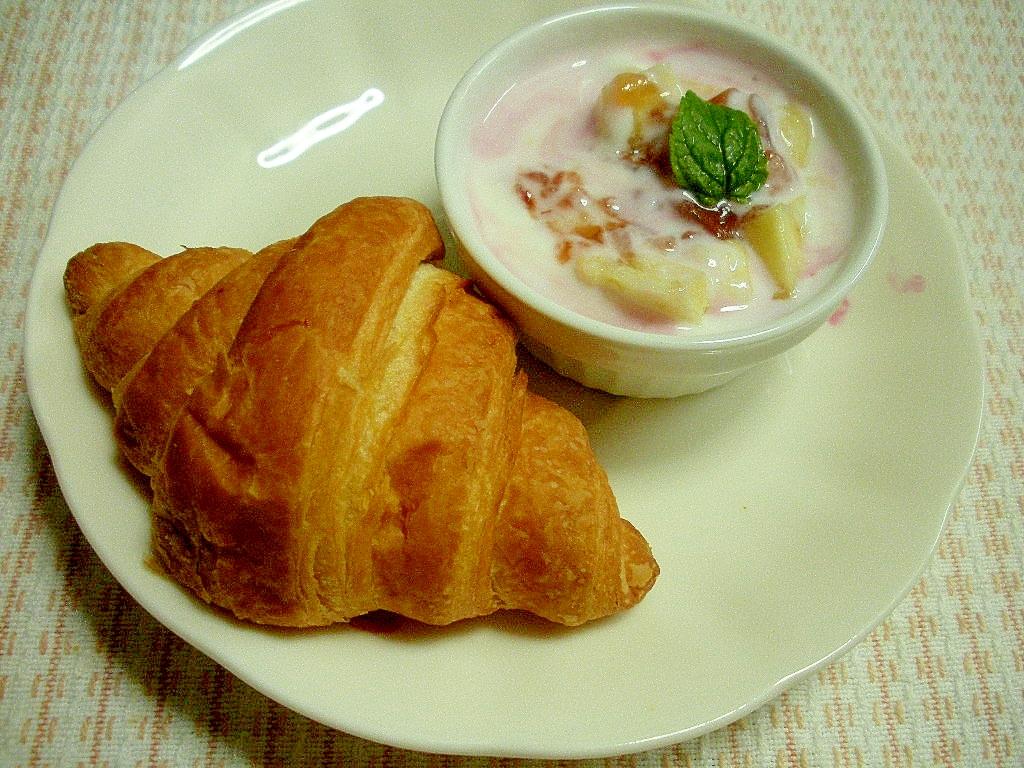 簡単朝食!ヨーグルトバナナと苺ジャム&クロワッサン
