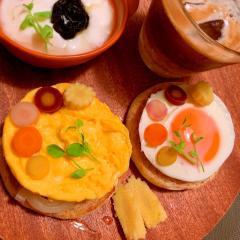 目玉焼きとスクランブルエッグのマフィントースト