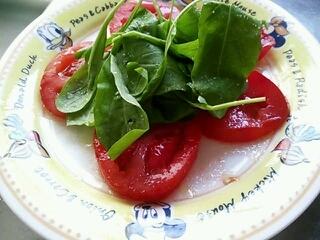 トマトとルッコラのシンプルサラダ