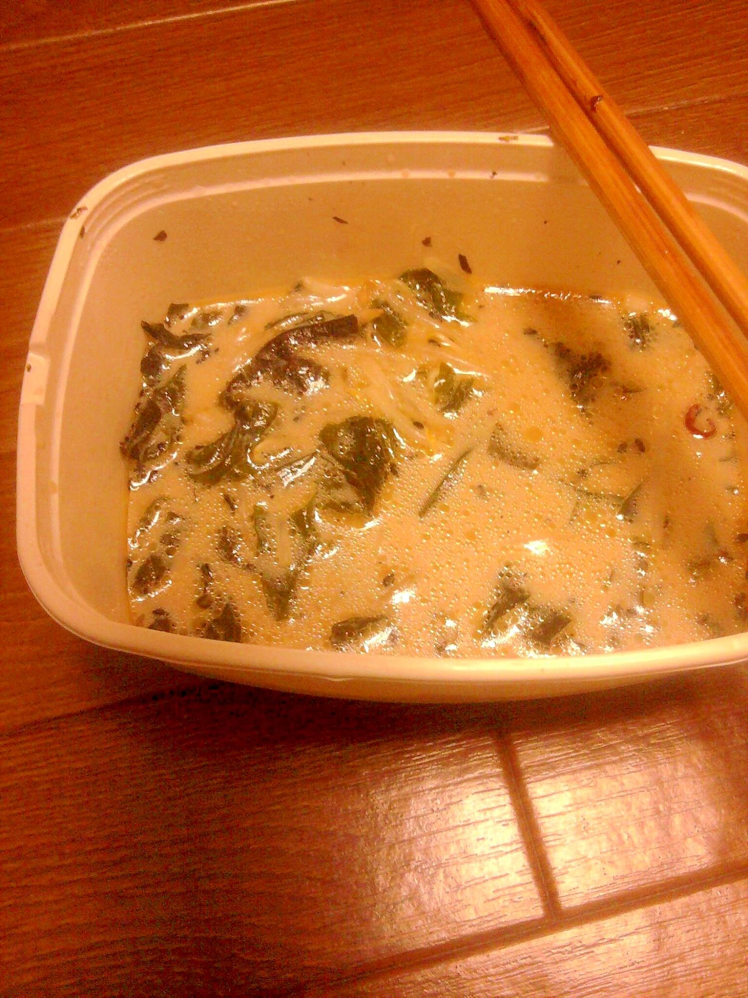 混ぜてチン*レンジで簡単豚骨ラーメン風もやしスープ