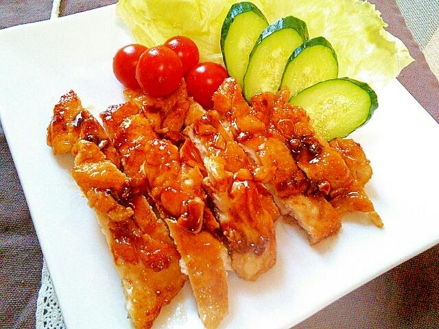 四角いプレートに盛り付けた鶏胸肉のガーリック照り焼き