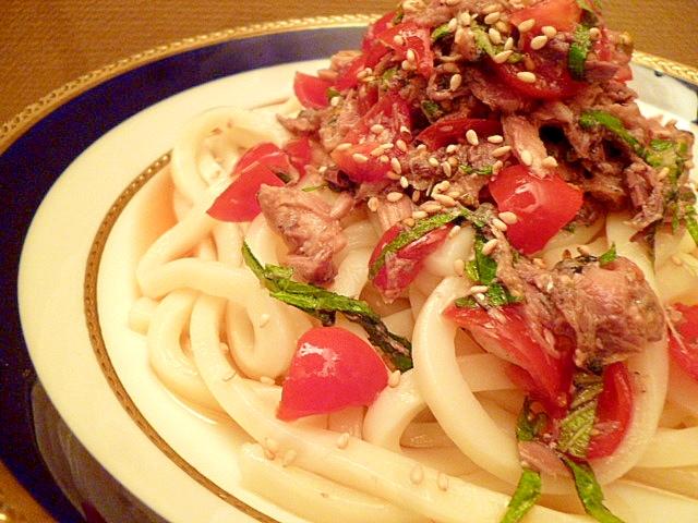 丸皿に盛られた、サバ缶とトマトの冷やしうどん