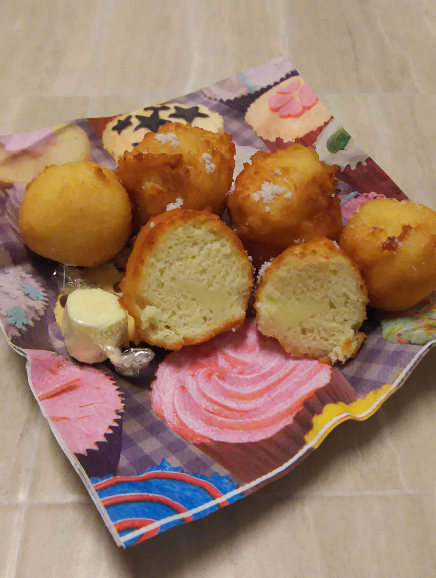 カップケーキ柄の皿に盛られたチーズのおからドーナツとキャンディチーズ