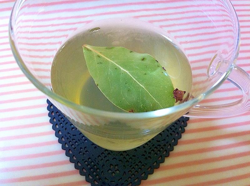 透明なカップに注がれた生姜はちみつのホットワイン