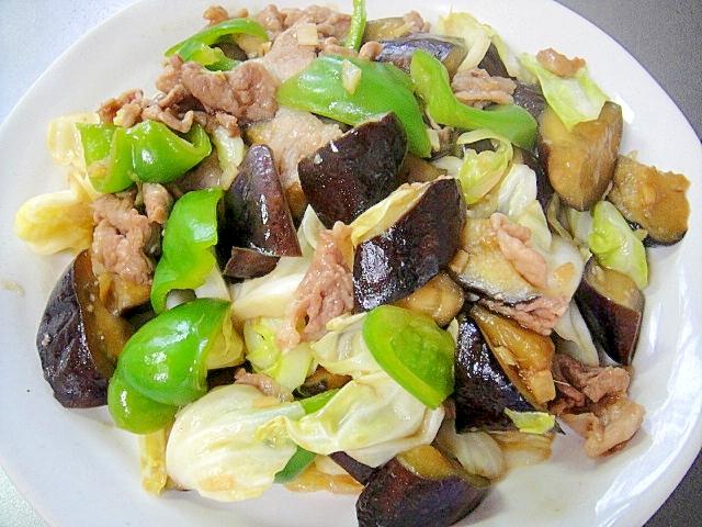 白い丸皿に盛られた、キャベツとなすと豚肉の中華炒め