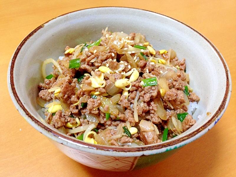 中華丼に盛り付けたひき肉のもやしあんかけ丼