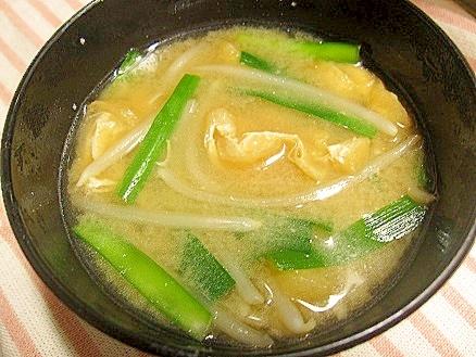 3. 油揚げ入りニラともやしの味噌汁