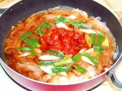 トマトの酸味をプラス!大根のヒラヒラすき焼き鍋風♪