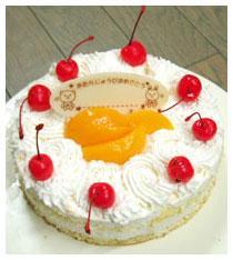 黄桃たっぷりのバースディケーキです。