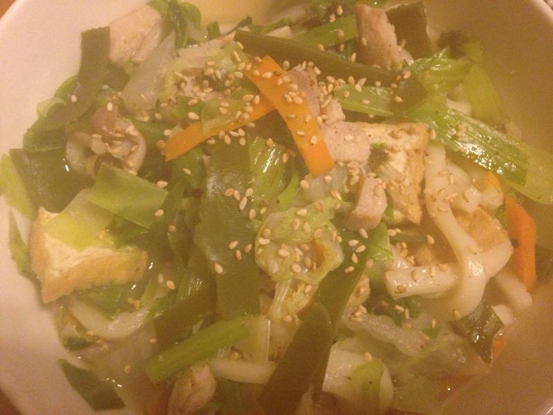 たっぷり野菜の鶏塩うどん。
