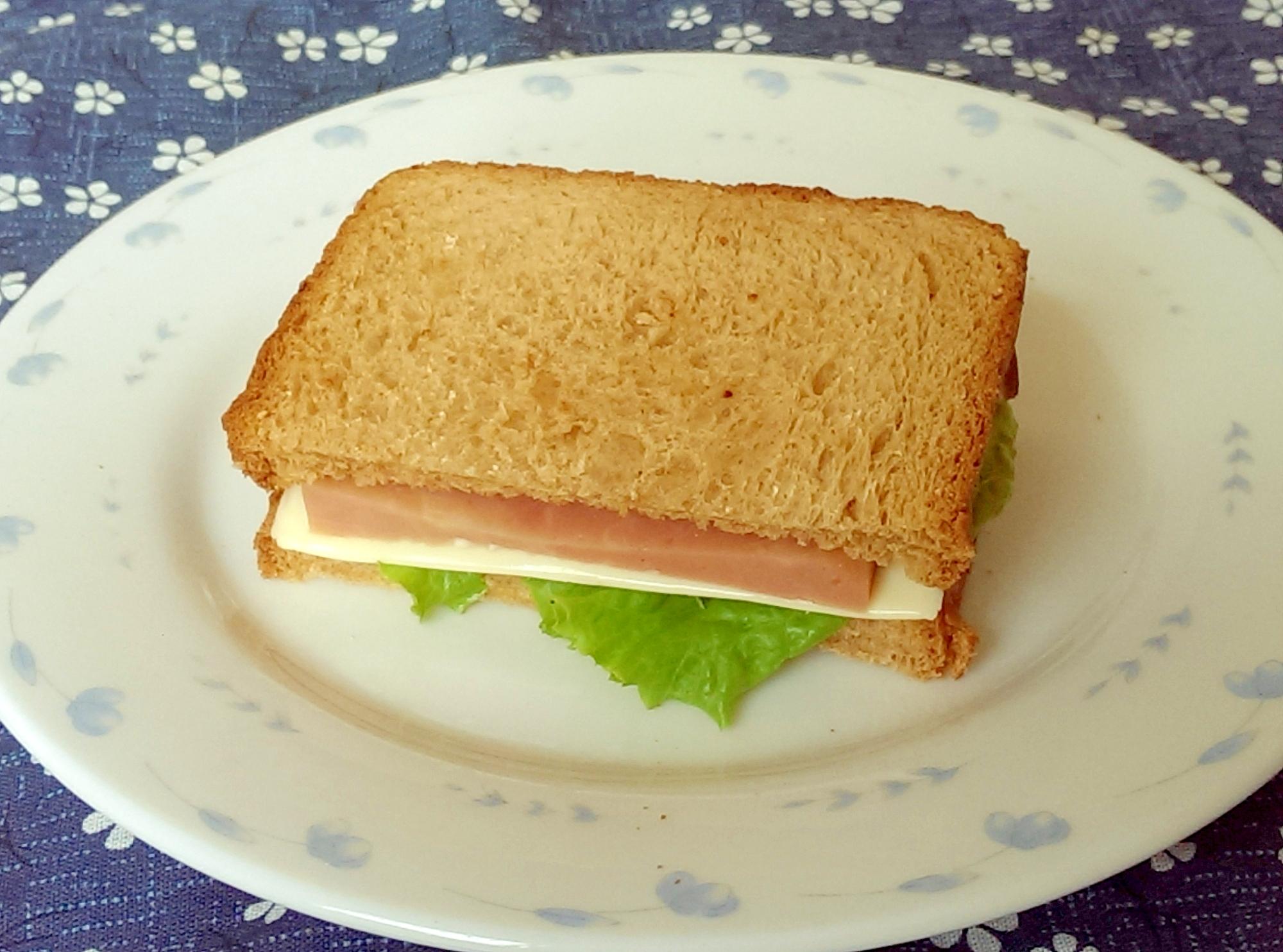 ハムとチーズとレタスのトーストサンド