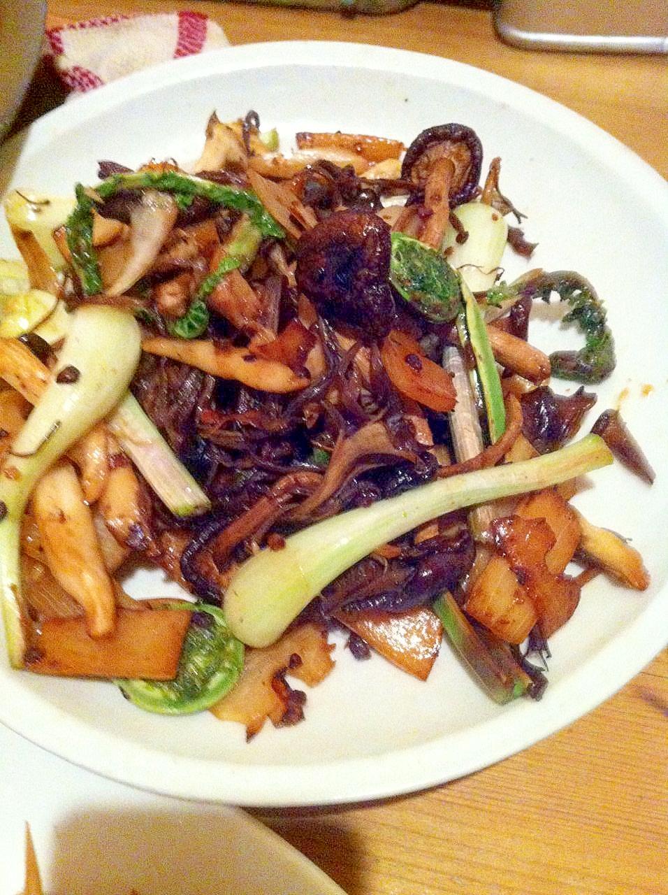 干しきのこと春野菜のにんにくオイル炒め